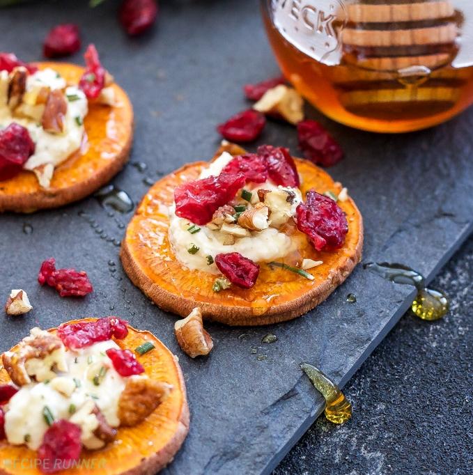 ideas de aperitivos fáciles y rápidos con batatas, bocados de patata dulce con queso de cabra, nueces y arándanos