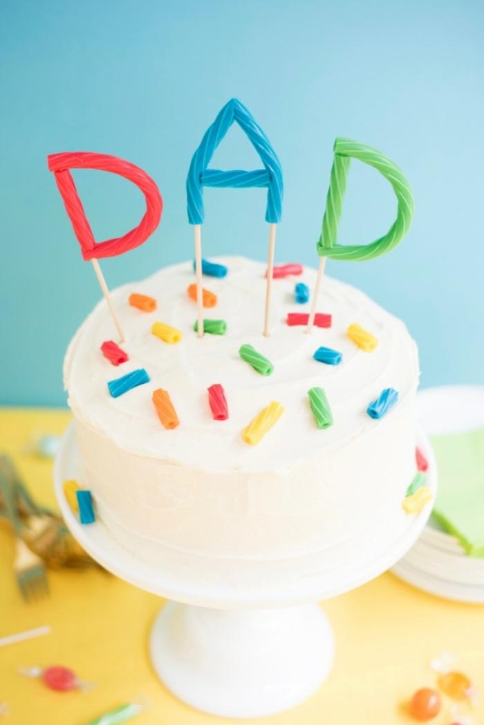 adorables propuestas de regalos para papa, tarta de nata casera decorada con mucho encanto
