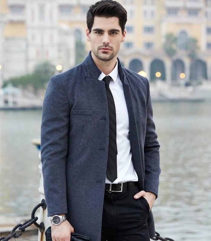 ropa casual hombre moderna, abrigo color azul oscuro, camisa blanca y corbata negra, 60 propuestas de outfit hombre casual