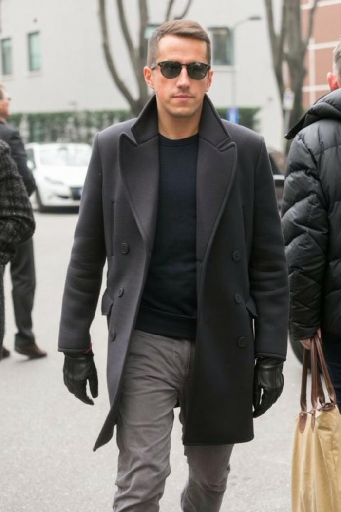 ropa casual para hombre en imagines, blusa negra, pantalón en color gris claro y abrigo moderno