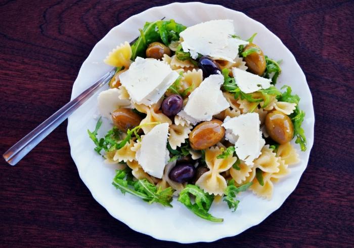 recetas ensaladas originales y ricas, ensalada con pasta farfalle, verduras, aceitunas y queso blanco