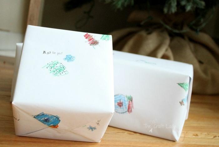 embalaje hecho a mano con dibujos infantiles hechos con lapices de color, envolver regalos de forma original