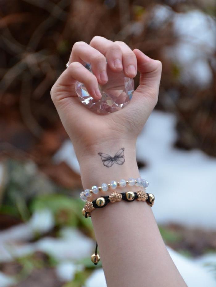 detalles pequeños en la muñeca, dibujos de mariposas para tatuajes, tattoo en la muñeca