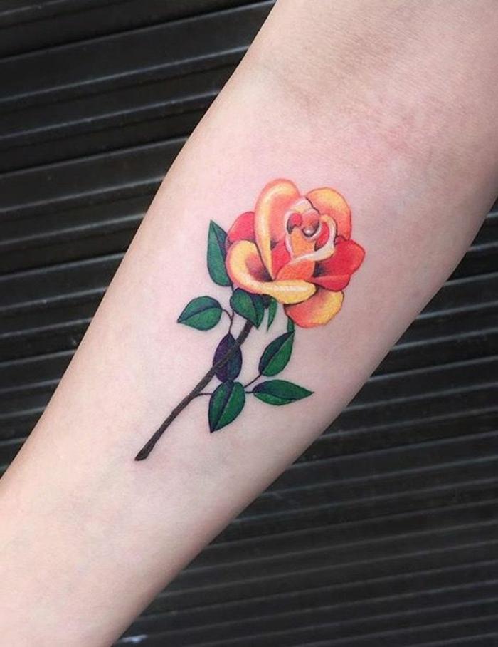 diseños de tatuajes antebrazo con rosa en colores, tattoo old school con rosa en amarillo y naranja