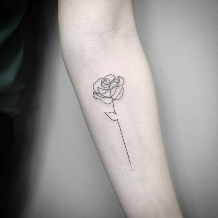 preciosa rosa dibujada con una sola linea tatuada en el antebrazo, ideas de tatuajes antebrazo