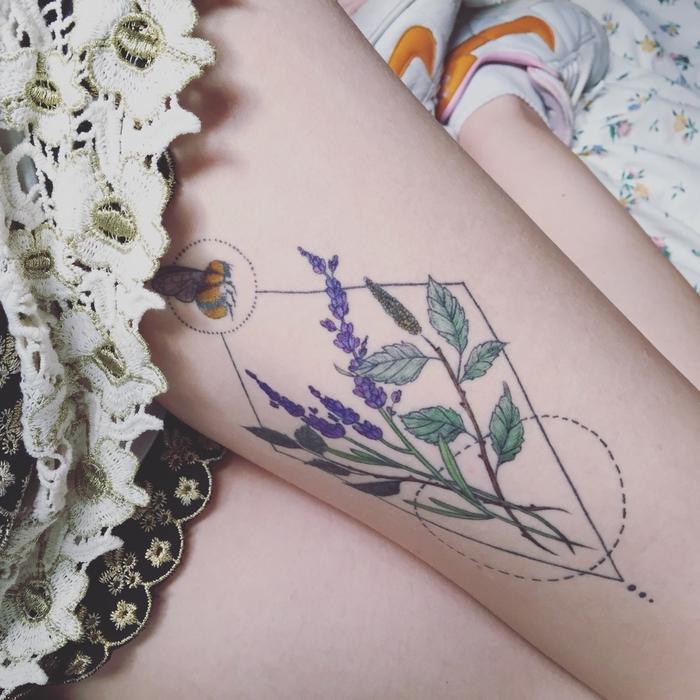 diseños de tatuajes super bonitos con figuras geométricas y flores, tattoos cargados de significado