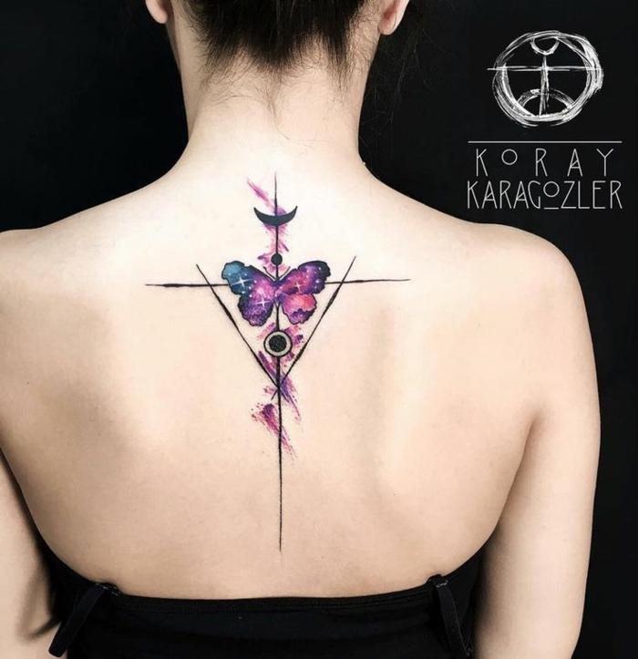 ideas de dibujos de mariposas en la espalda, tatuajes originales geométricos en colores