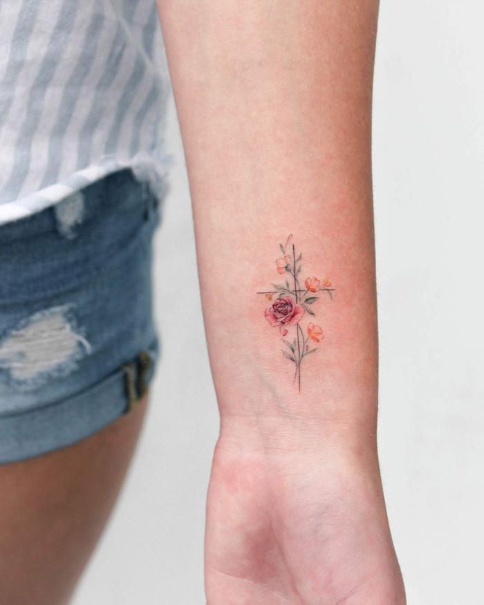 delicado tatuaje en estilo minimalista en el antebrazo, tatuajes de rosas con detalles geométricos