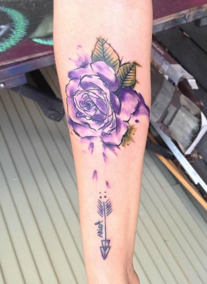 grande rosa en color lila con pinturas acuarela, dibujos de rosas bonitos, tatuajes en el antebrazo mujer