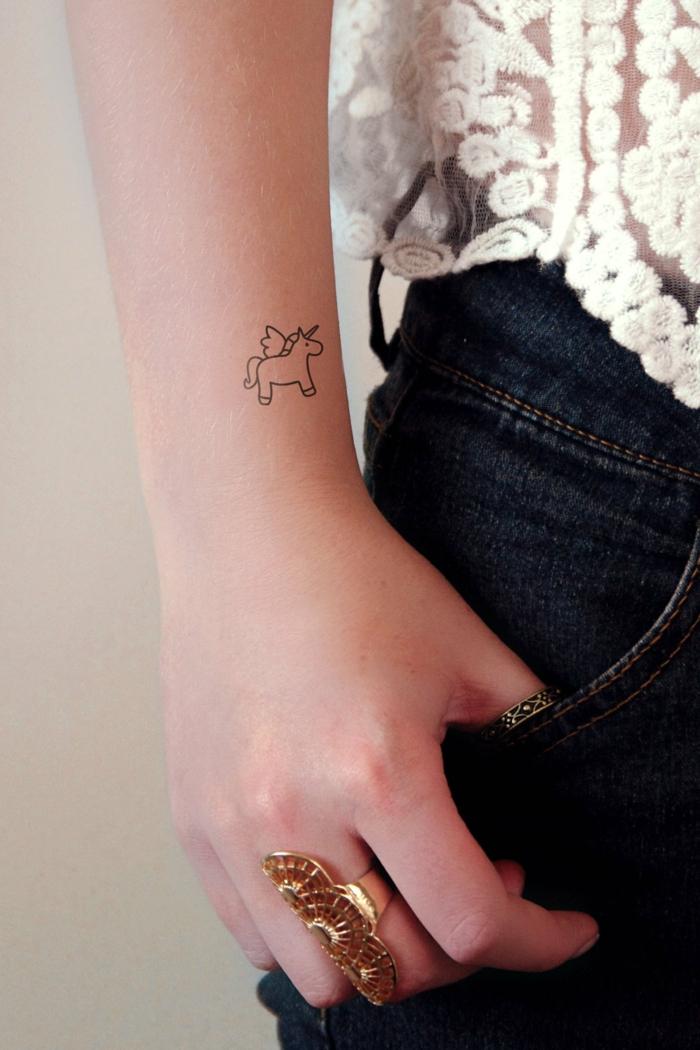 alucinantes ideas de tattoos pequeños temporales, tattoos adhesivos en la muñeca, diseños femeninos
