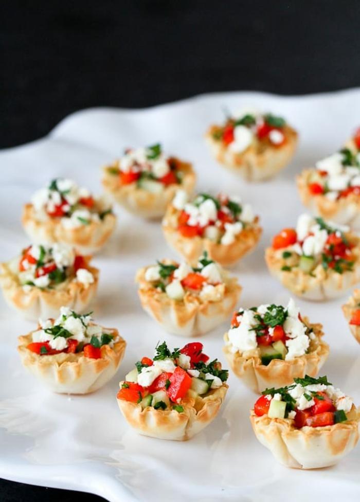 bocados ricos y simpáticos con tomates, pepinos y queso blanco, ideas de aperitivos fáciles y rápidos