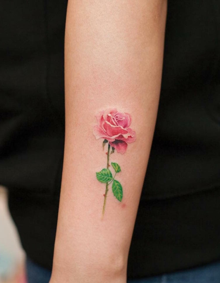 bonitos ejemplos de tatuajes antebrazo con flores y rosas, diseño de tattoo con rosa color rojo