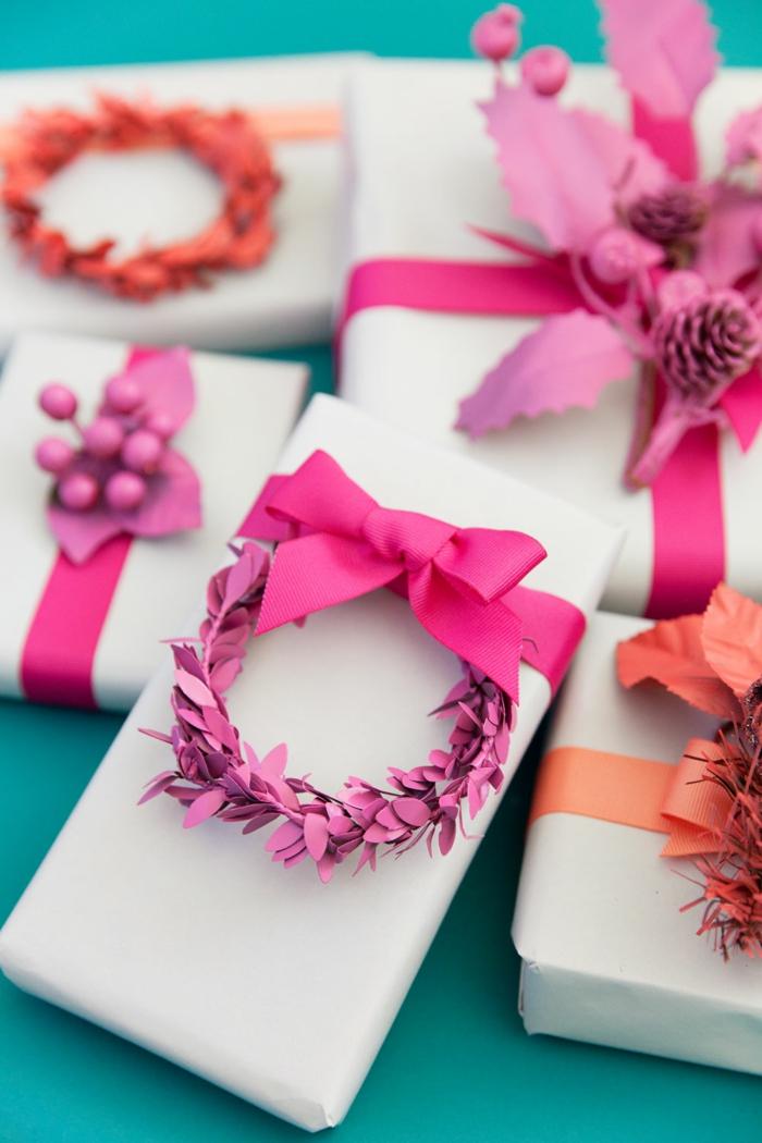 bonitas ideas para envolver regalos originales, adornos navideños pintados en colores llamativos