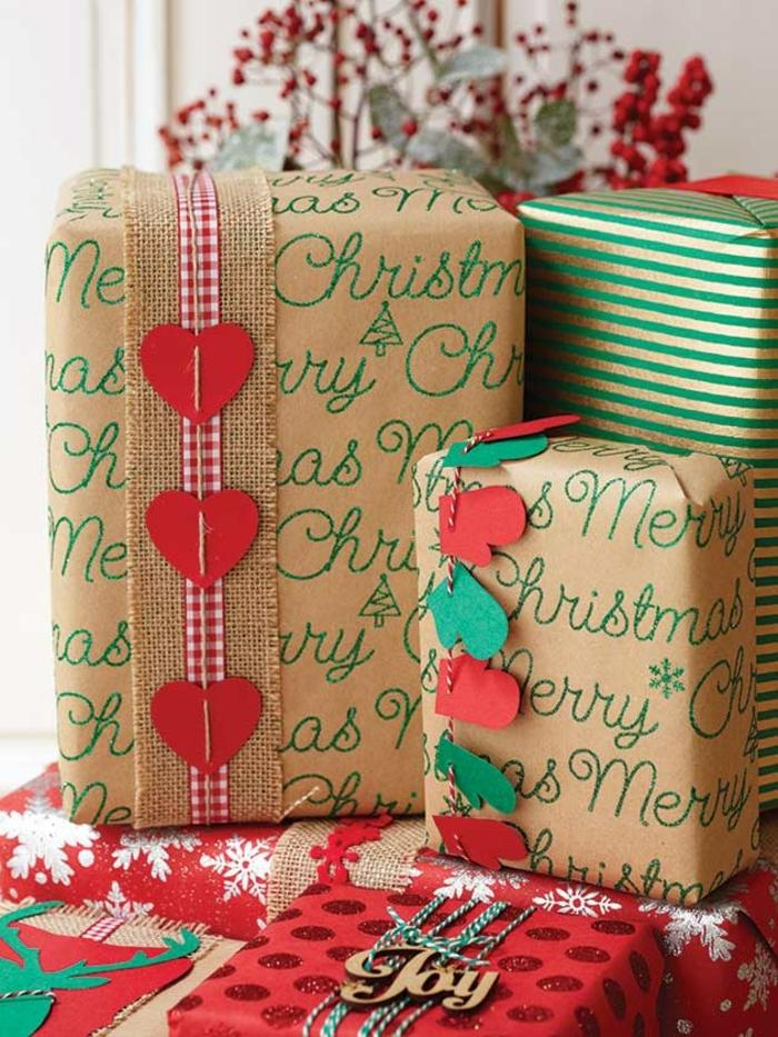 alucinantes ideas sobre como envolver los regalos de navidad, papel estampado con detalles decorativos