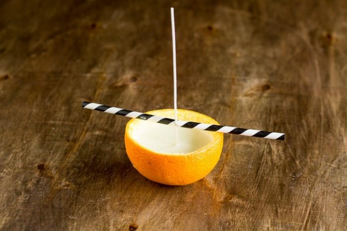 técnicas originales para hacer velas DIY originales, cómo hacer velas con una naranja y una paja