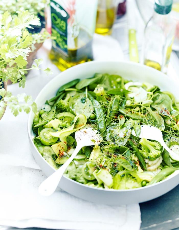 ensaladas de verduras super originales, grande ensalada con muchas verduras y aceite de oliva