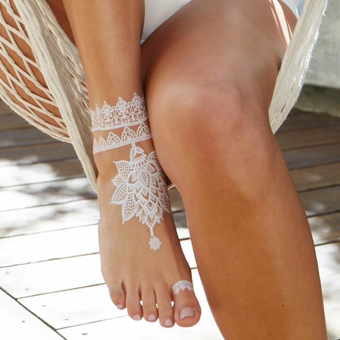 bonitos diseños de tatuajes henna temporales, precioso tatuaje en el pie con henna blanca