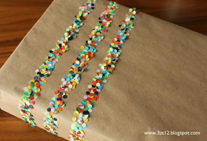 como envolver un regalo de forma creativa, decoración con confetti coloridos en papel embalaje