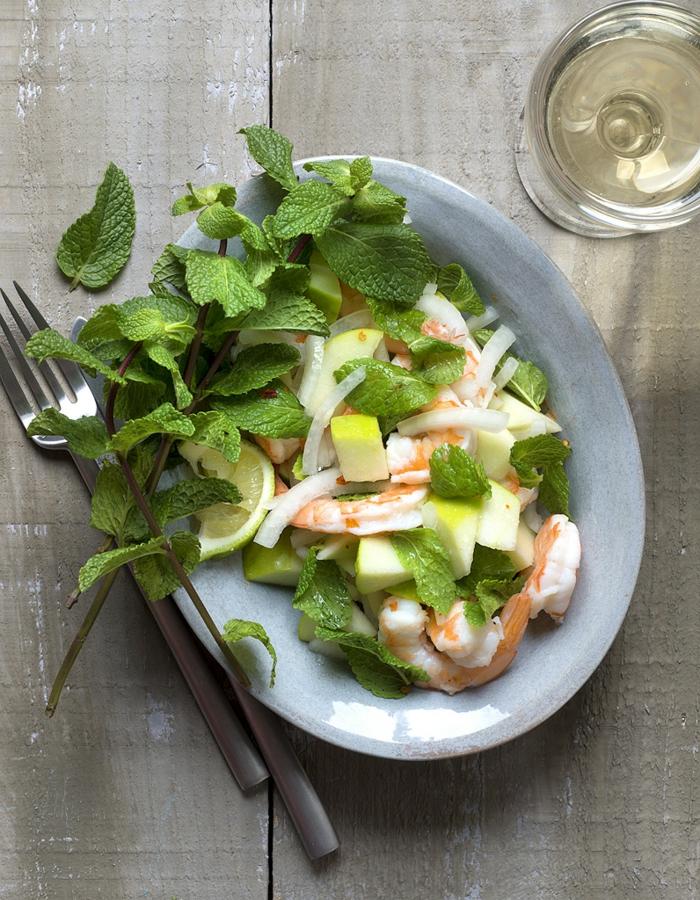ideas de ensaladas de verano frescas y saludables, ensalada con hierba buena, gambas, cebolla y lima
