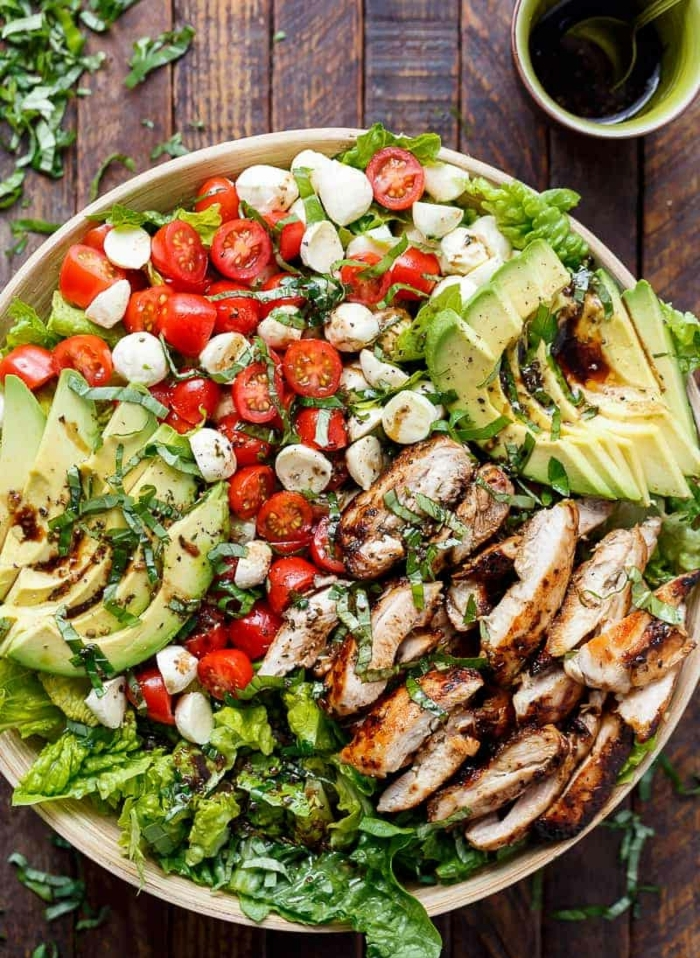 ideas de ensaladas con aguacate super ricas y fáciles de hacer, pollo al horno con salsa barabacoa, aguacate, lechuga, tomates cherry y mozzarella