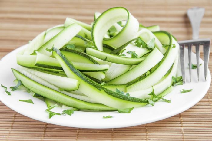 alucinantes ideas de ensaladas originales, ensaladas verdes para una dieta sana, pepinos rallados con perejil