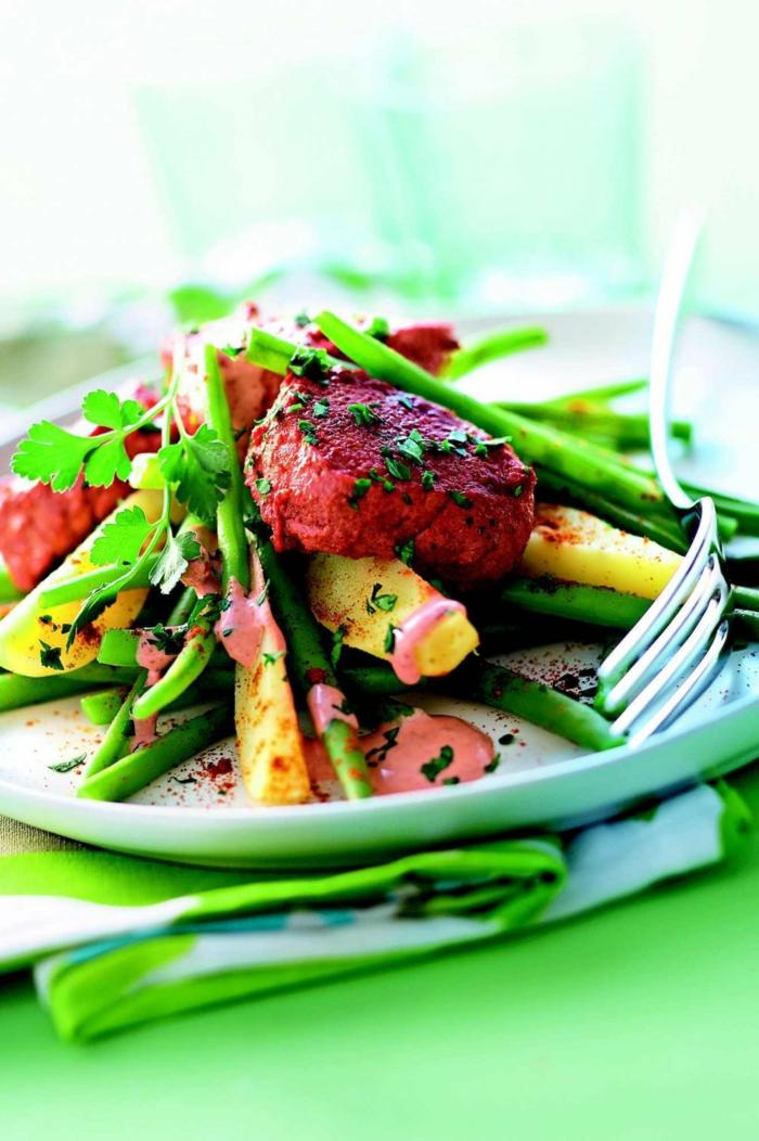 propuestas de ensaladas navideñas con carne, judías verdes, carne al horno y salsa de mayonesa casera