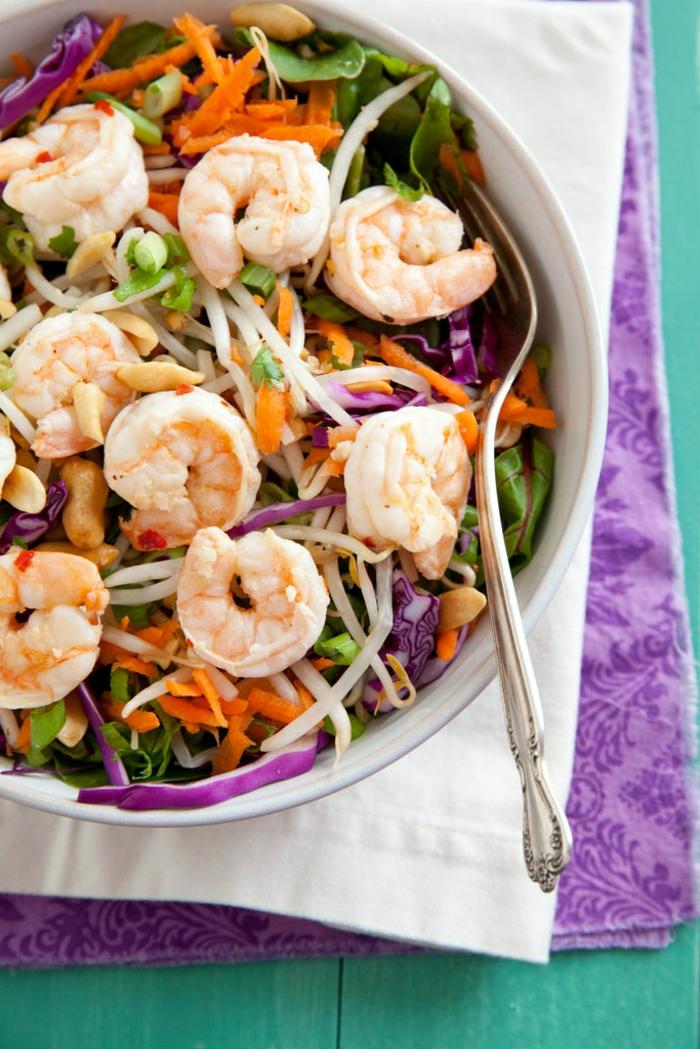 fotos con recetas ensaladas, ensalada original con gambas, zanahorias ralladas, col rojo y lechuga