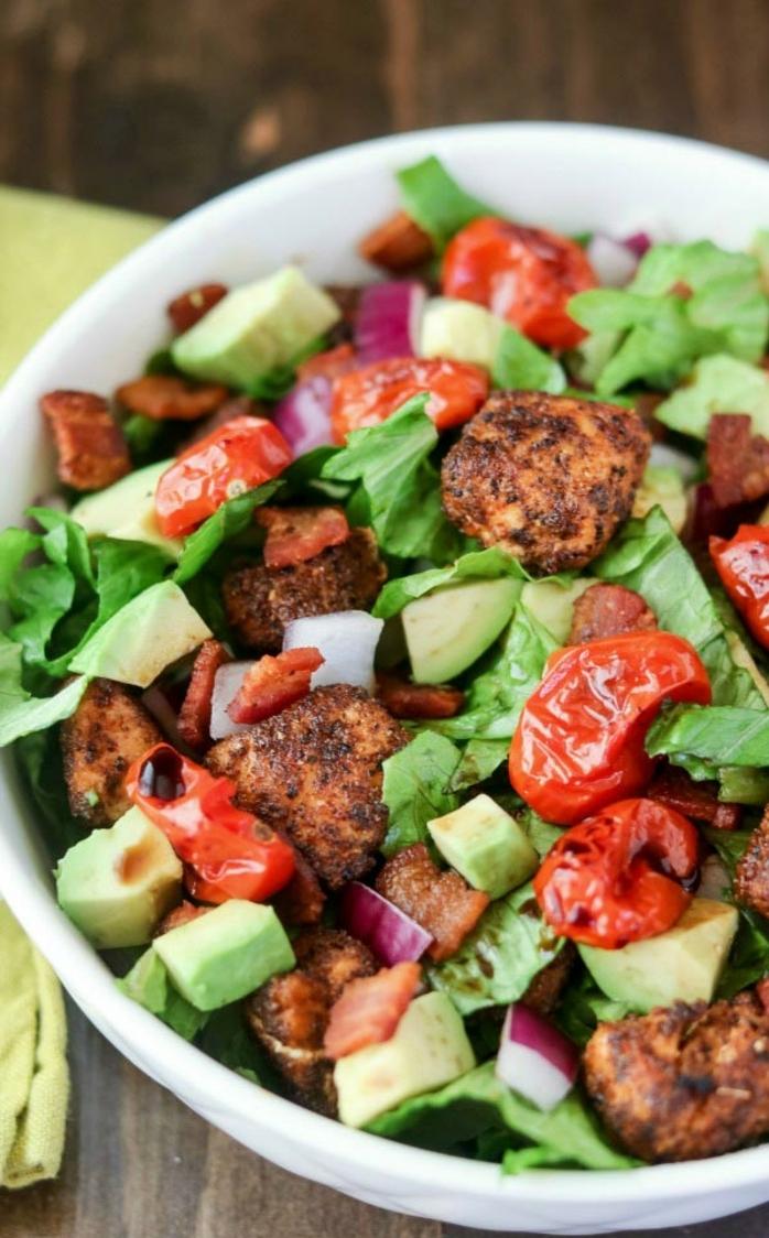 ensaladas de verano super ricas, grande ensalada con aguacate, tomates secos, cebolla roja y salmón