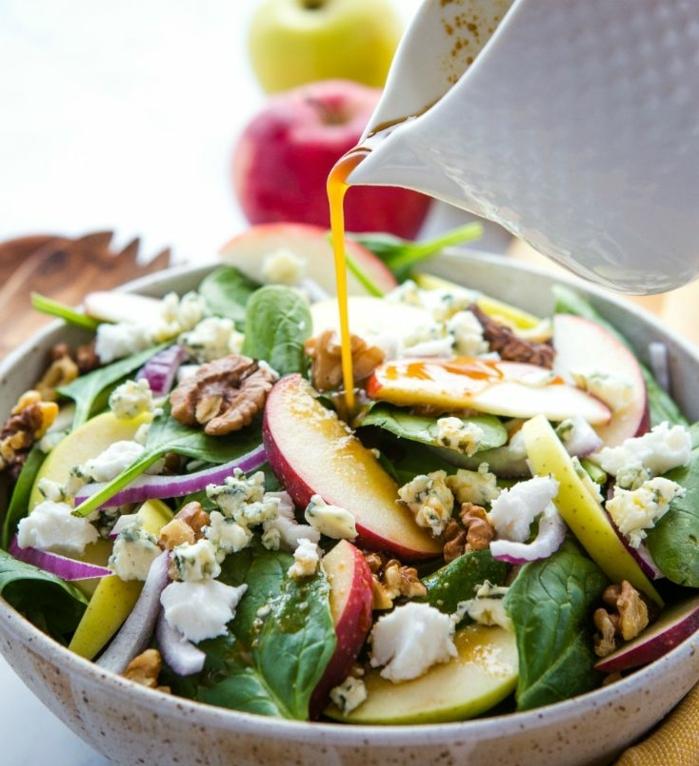 ensalada nutrituva y llena de vitaminas con espinacas, manzanas, queso blanco, queso azul y cebolla roja, aliños para ensaladas caseros