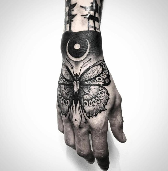 tatuaje en la mano hombre, diseños de tatuajes con mariposos super bonitos,dibujos de mariposas con elementos geométricos