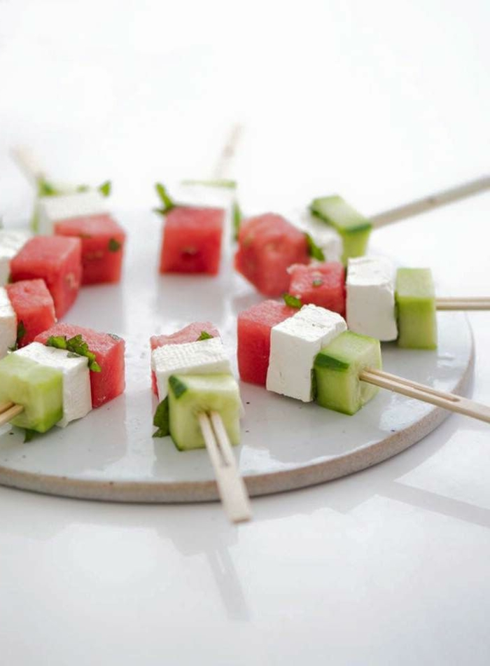 pinchos ricos de sandía, albahacas queso blanco y pepinos, ideas de aperitivos fáciles y rápidos