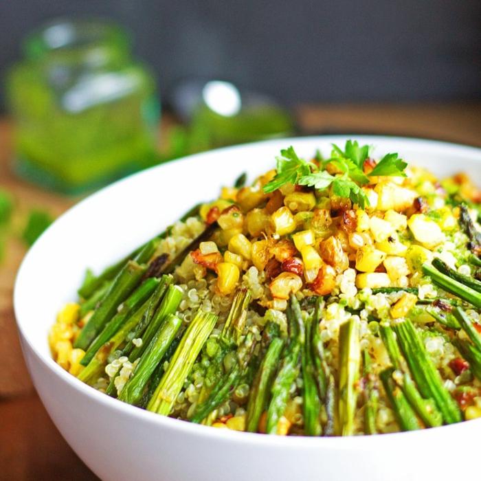 fotos de ensaladas saludables y originales, ensalada de maíz con espárragos a la plancha