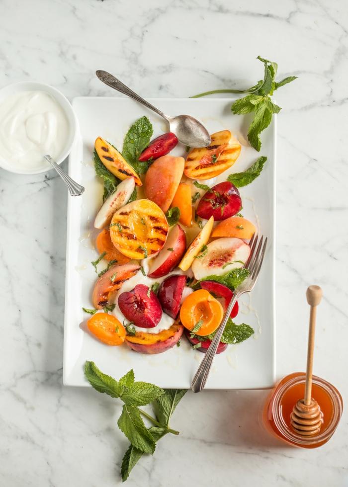 ensaladas de verano con frutas y verduras y salsas caseras, melocotones a la parrilla, hierba buena