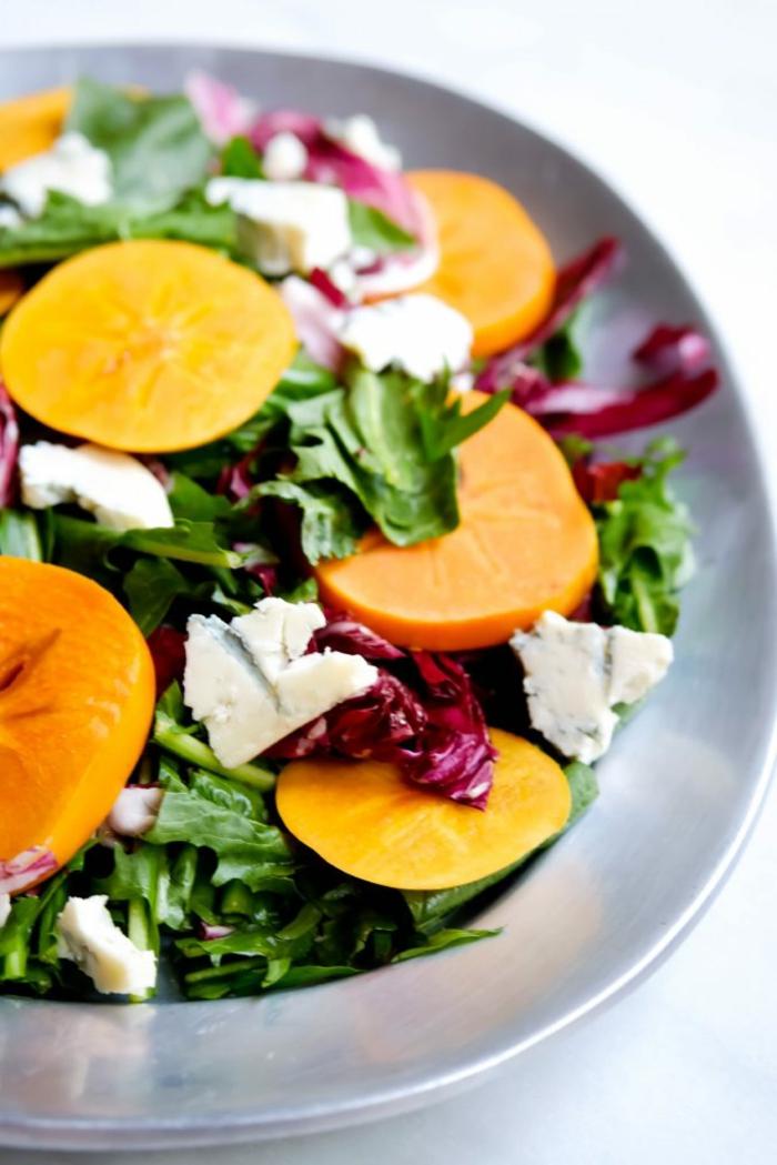 tipos de ensaladas para conseguir una dieta sana, ensalada verde de lechuga con trozos de queso azul y melocotones