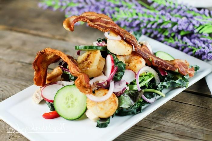tipos de ensaladas para sorprender a tus invitados, ensalada con tocino frito, gambas y verduras