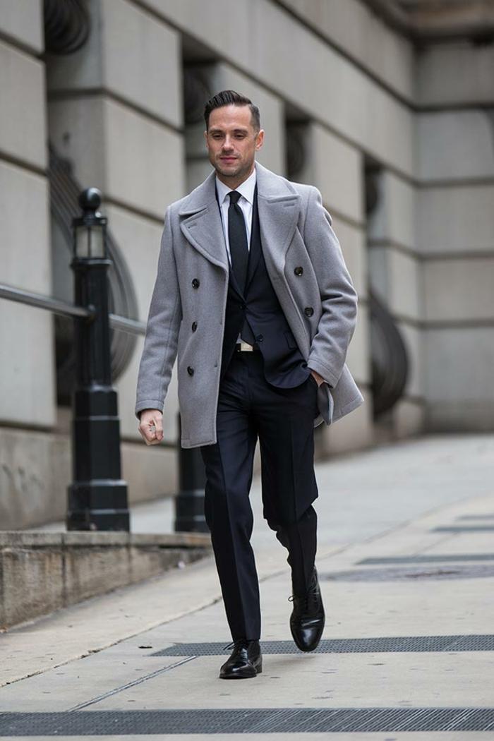 maravilloso outfit con traje negro, abrigo de peluche en color gris y pantalon negro, ideas de ropa casual para hombre