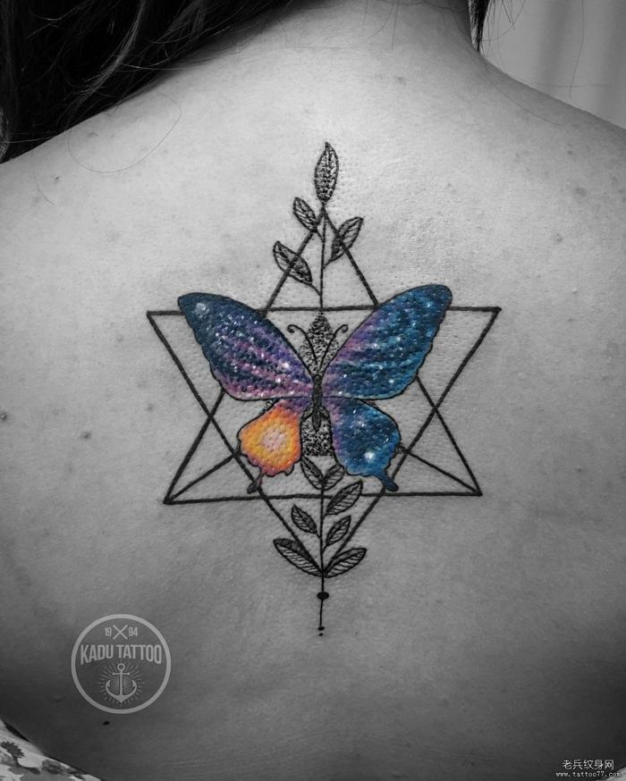 dibujos de mariposas con elementos geométricos tatuados en la espalda, tattoo mariposa en colores
