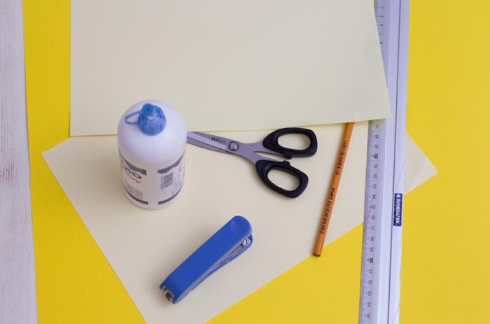 materiales necesarios para hacer regalos para el día del padre hechos a mano, tijeras, papel, cartulina en color amarillo