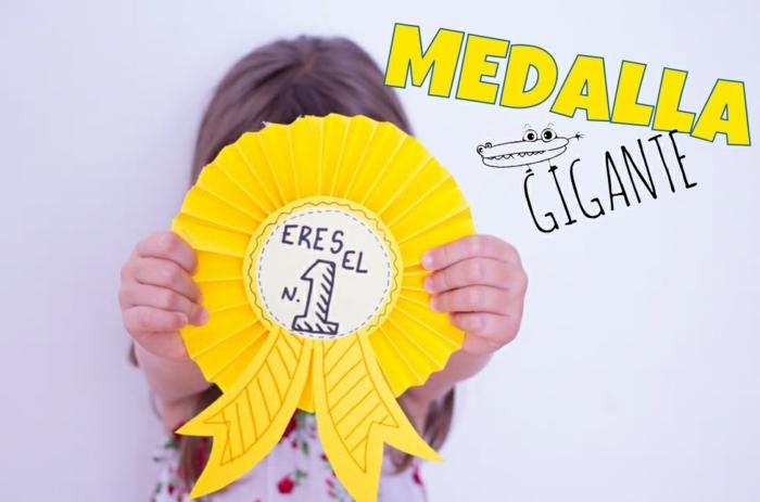 alucinantes ideas de regalos para el dia del padre hechos a mano, medalla de papel color amarillo