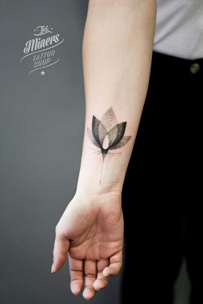 tatuajes en el antebrazo tinta negra, tatuaje con mariposa super bonita, tattoos originales