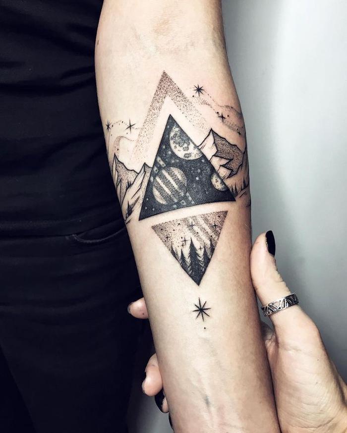 tatuajes lineales con figuras geométricas y dibujos de la naturales, paisaje montañoso, estrellas, triángulos