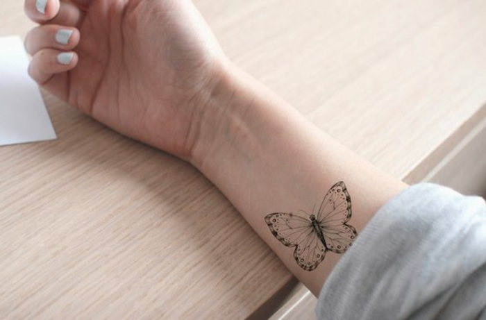 ideas de tatuajes en el antebrazo bonitos, tatuajes negros mariposas, diseños de tattoos bonitos