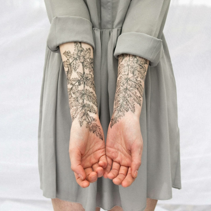 bonitas ideas de tatuajes flores para mujer, antebrazos tatuados con motivos florales, tattoos temporales