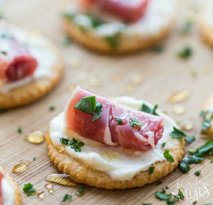 galleta salada con crema de queso, jamón y perejil, propuestas de canapes faciles con recetas en imagines