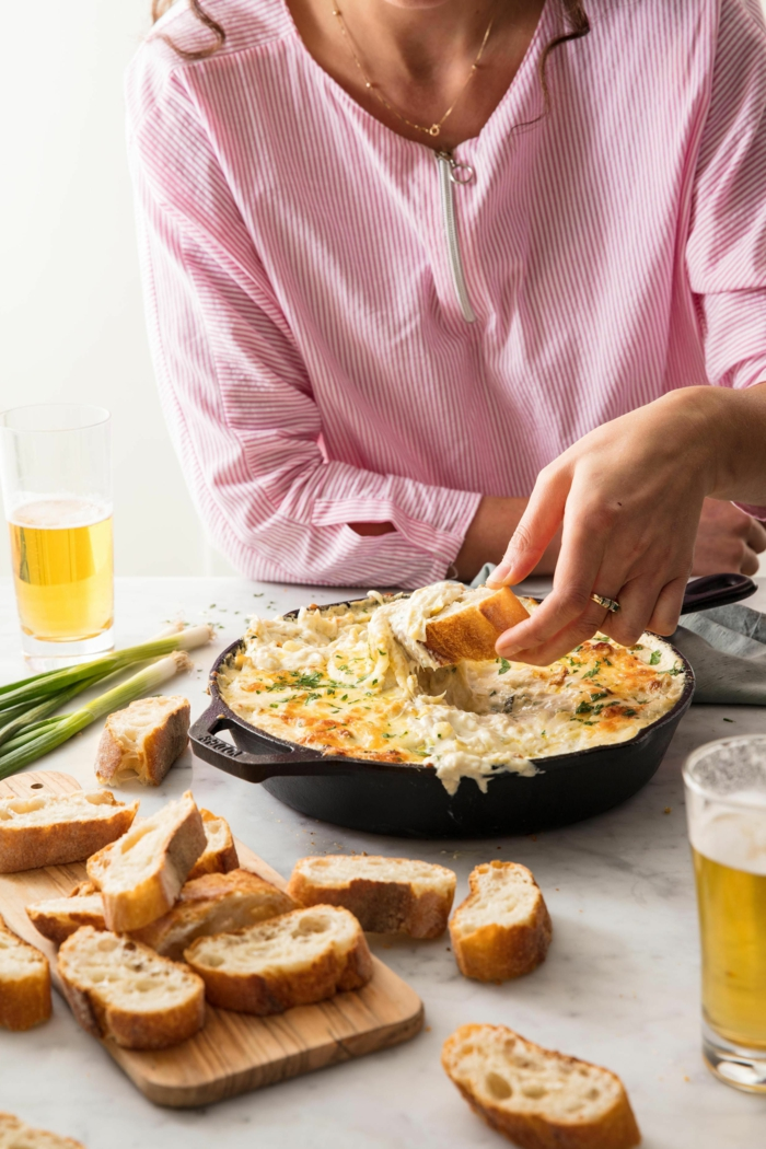 dip casero con cuatro quesos y cebolla verde, originales ideas de aperitivos frios y calientes en imagines