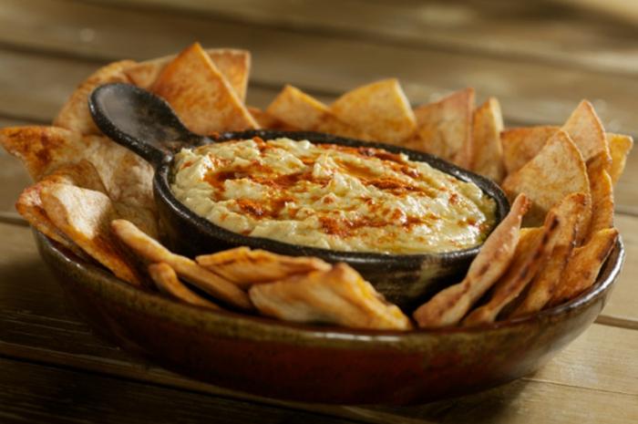hummus casero con pimienta roja y nachos, originales ideas de aperitivos frios para cada gusto