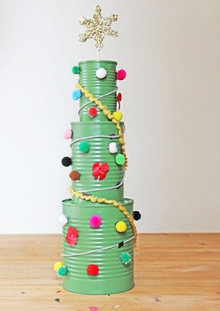 latas decoradas para Navidad, proyectos DIY originales para decorar la casa en navidad, árbol navideño de latas reutilizadas