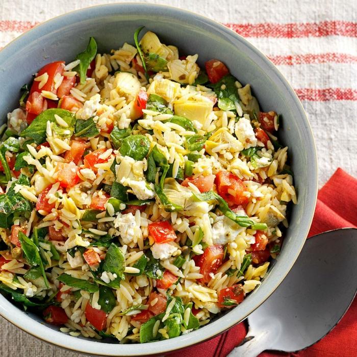 tipos de ensaladas originales, grande ensalada con arroz marrón, verduras, espinacas, queso blanco y tomates