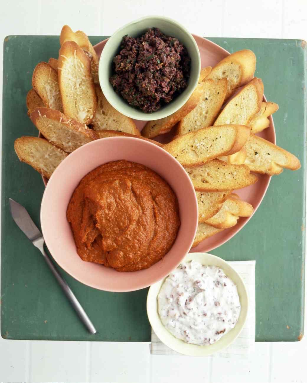 dip casero con tomates aceitunas y almendras, originales propuestas de canapes sencillos para hacer en casa