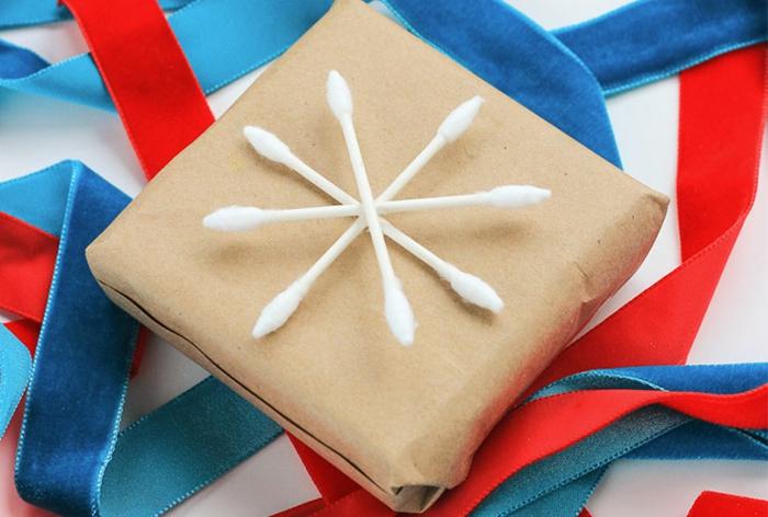 originales propuestas sobre cómo decorar un papel de regalo, copo de nieve hecho de bastoncillos de algodón
